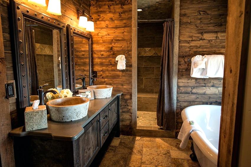 Для отделки ванных комнат шале используют натуральные материалы и спокойные оттенки