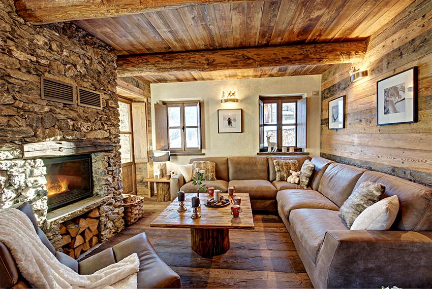 Главным атрибутом гостиной в стиле шале является настоящий или электрический камин