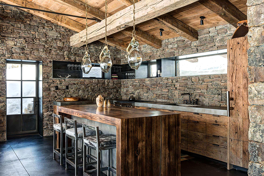 Чаще всего в загородных домах шале кухни совмещают со столовой