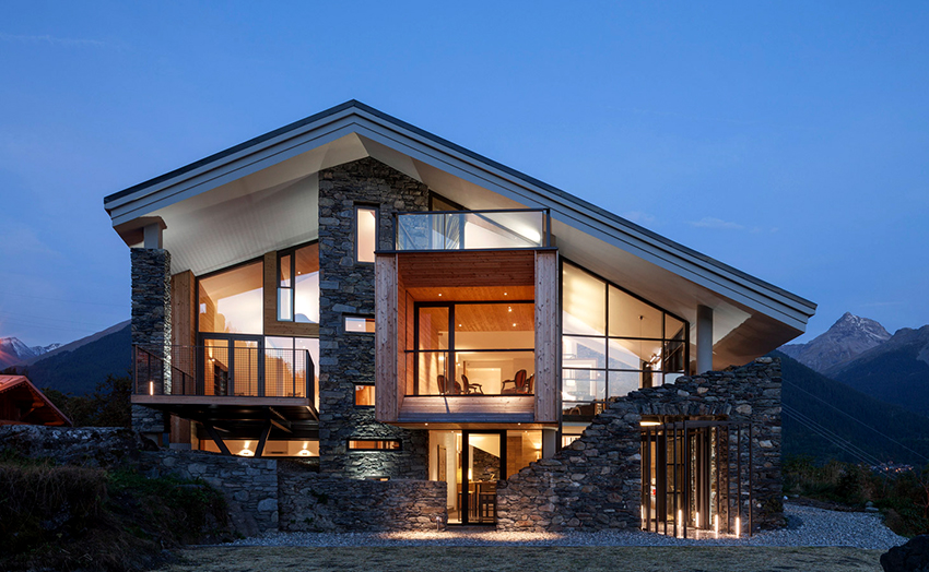 Как правило, современные дома шале оснащены большими панорамными окнами