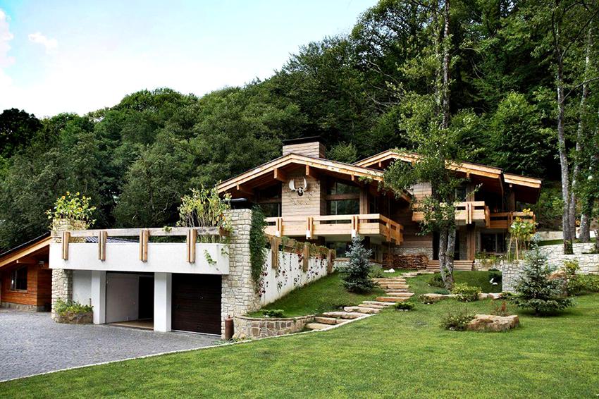 Для отделки и строительства современных альпийских домов часто используют клееный брус