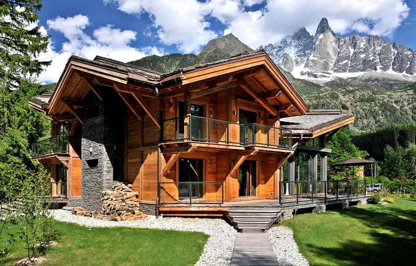 Строят дома в стиле шале только из натурального камня и дерева