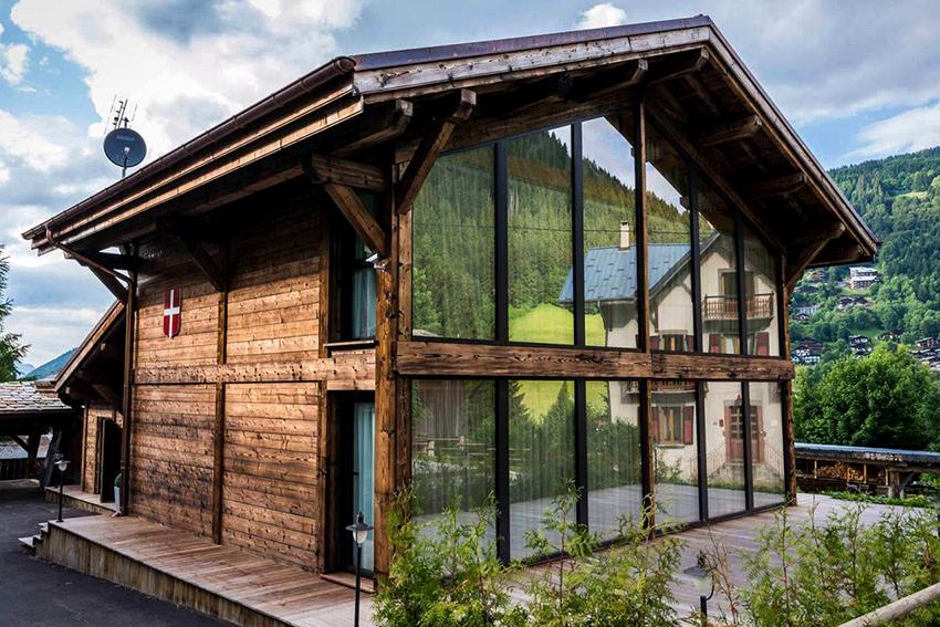 Выбирать место под строительство дома-шале лучше рядом с хвойным лесом