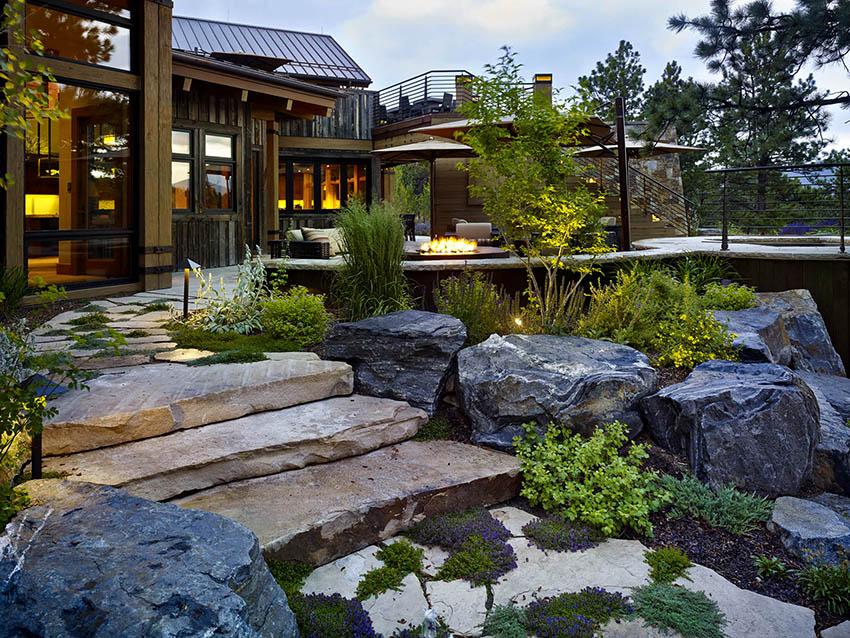 Камень является визитной карточкой ландшафтного дизайна в стиле шале