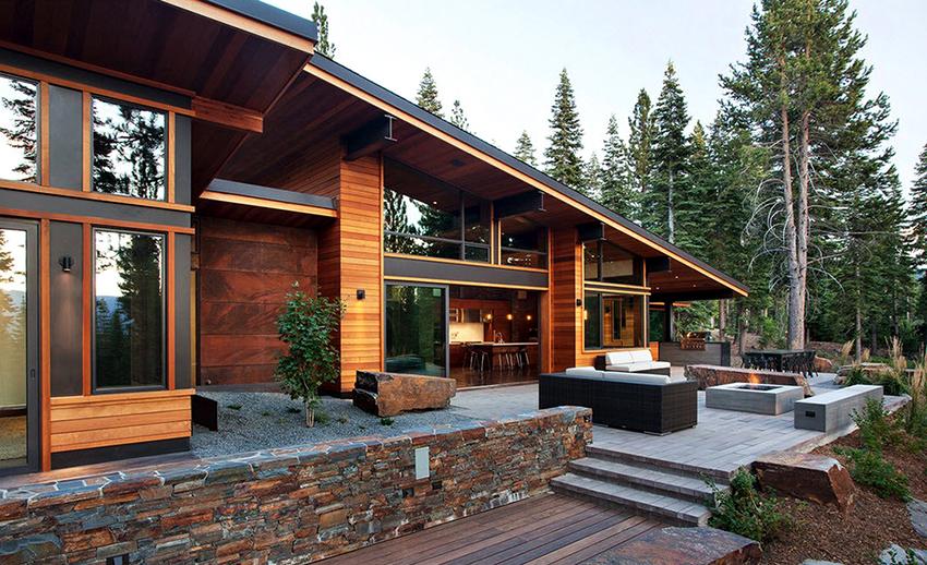 Отличительной чертой дома в стиле шале является крыша с широкими бортами