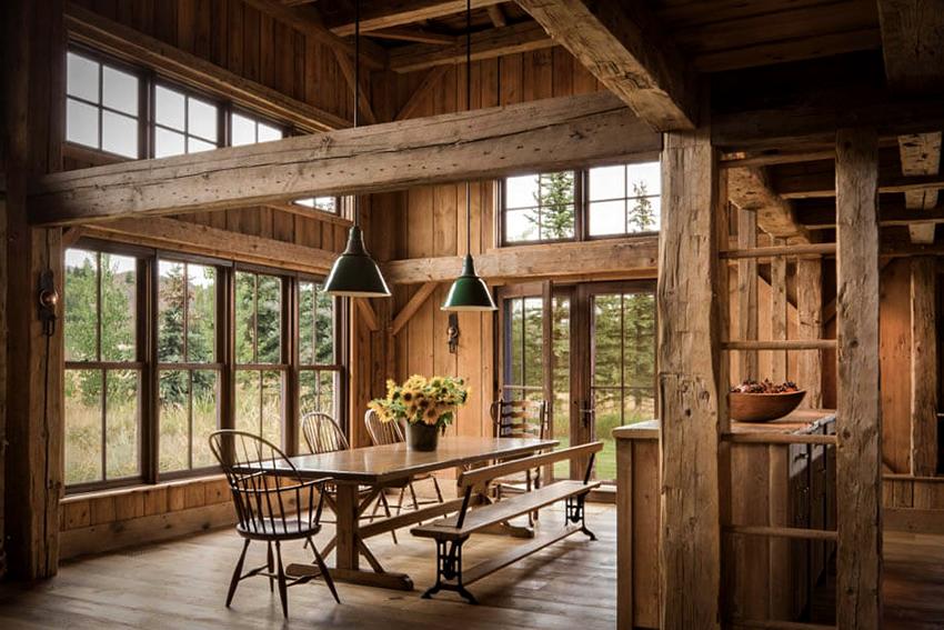 Помещения в стиле шале должны быть просторными, потолки высокими