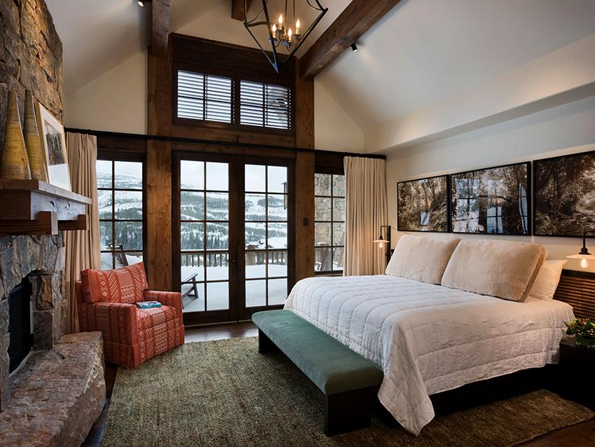 Спальня в стиле шале должна быть светлой, отделанной древесиной