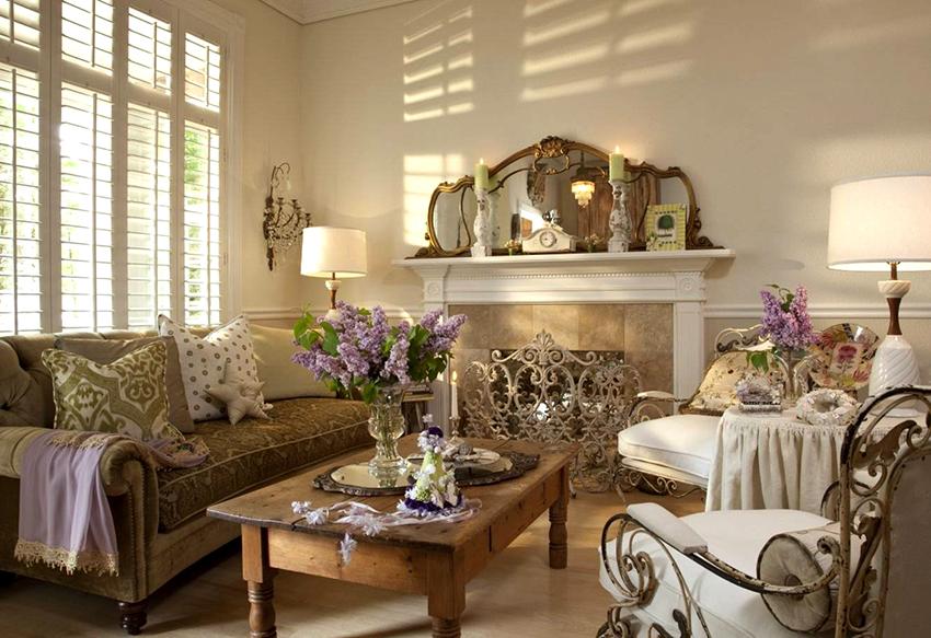 Старинный мягкий диван с большим количеством декоративных подушек станет главным украшением гостиной шебби шик