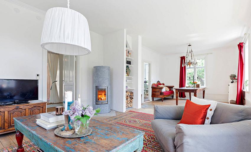 Для декора гостиной в стиле шебби шик можно использовать антикварные подсвечники и живые цветы