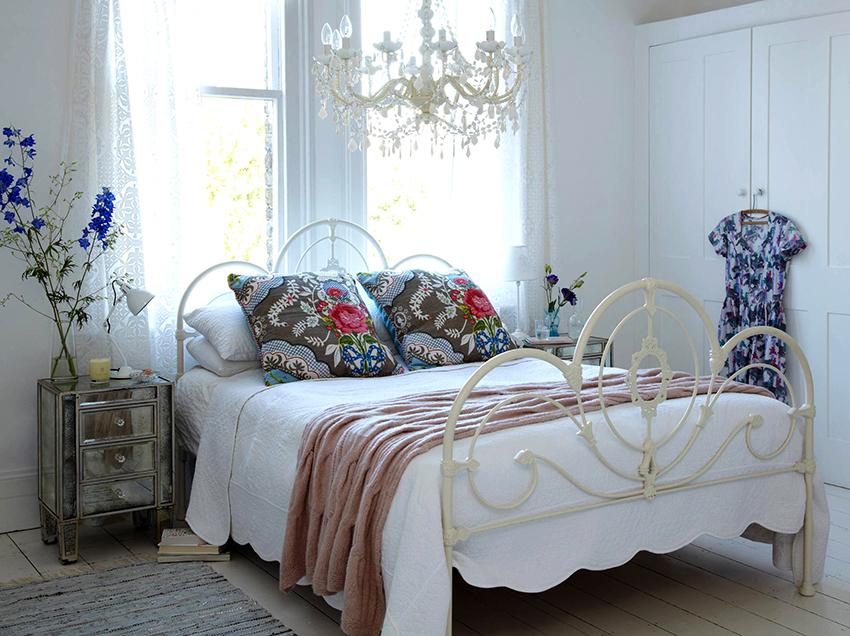 В спальне шебби шик обязательно размещают прикроватные тумбочки с обеих сторон