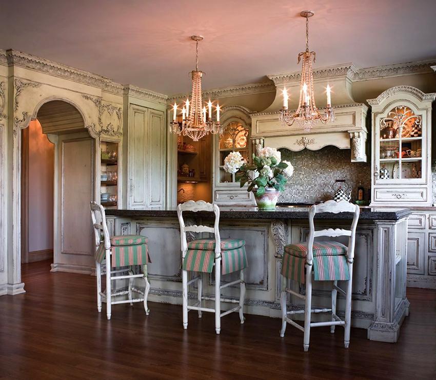 Для интерьера кухни шебби шик идеально подойдет белый деревянный гарнитур с потертостями