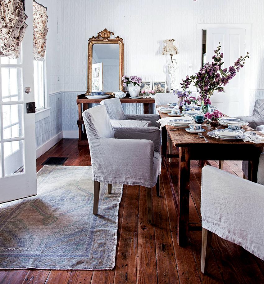 Старый, слегка потертый деревянный пол – лучшее решение для интерьера шебби шик