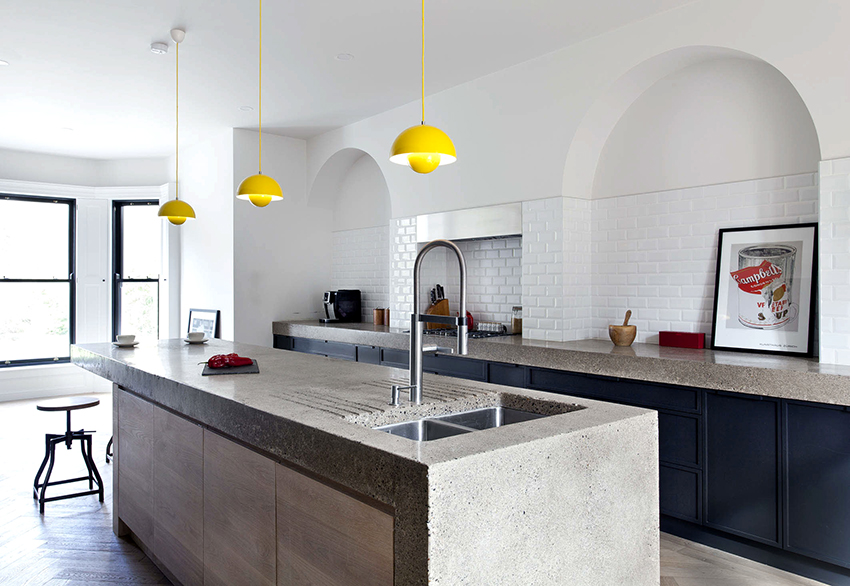 Бетонные столешницы на кухне смотрятся внушительно и необычно
