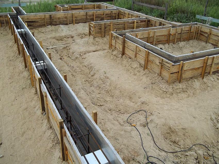 Для фундамента дома необходимо выкопать траншею, а ее стены обустроить опалубкой