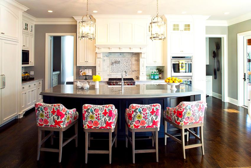 Выбор стульев для кухни производится по таким критериям: габариты, форма, материал, расцветка