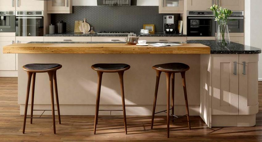 Барные кухонные стулья используются в помещениях со стойкой
