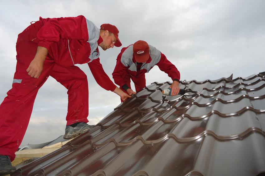 Использование болгарки для обрезания листов металлочерепицы строго запрещено