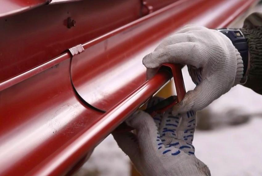 Держатели устанавливаются до момента монтажа карниза крыши через каждые 50 см