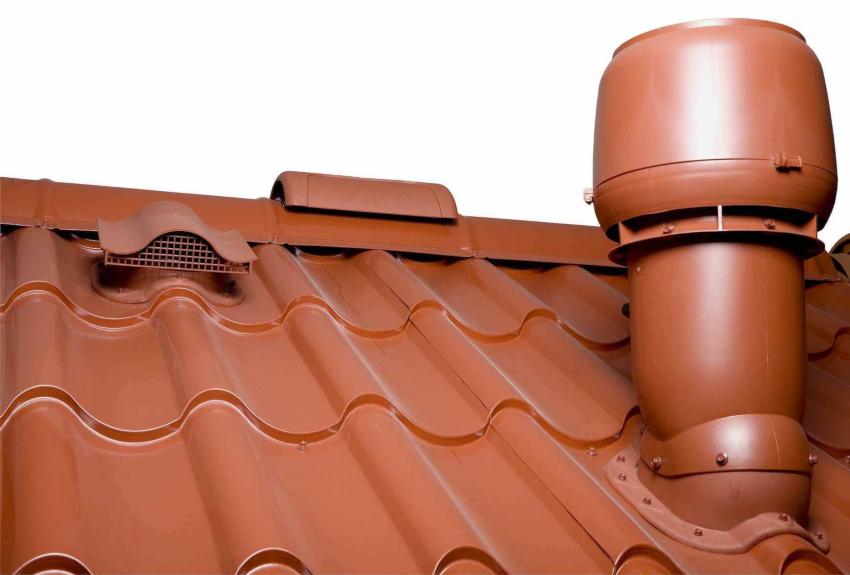 Места установки вентиляционных и проходных элементов требуют обработки герметиком
