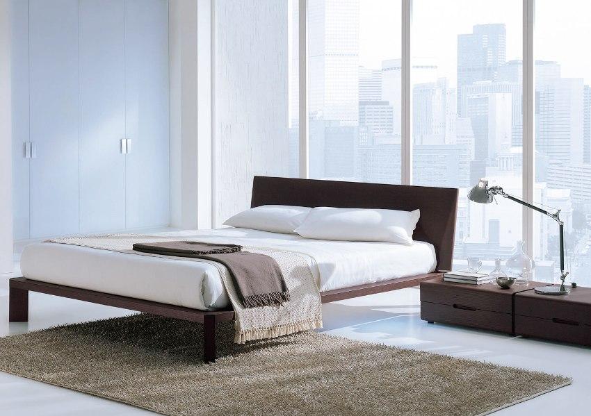 Подбирая тумбочку с ящиками, нужно ориентироваться на размеры кровати