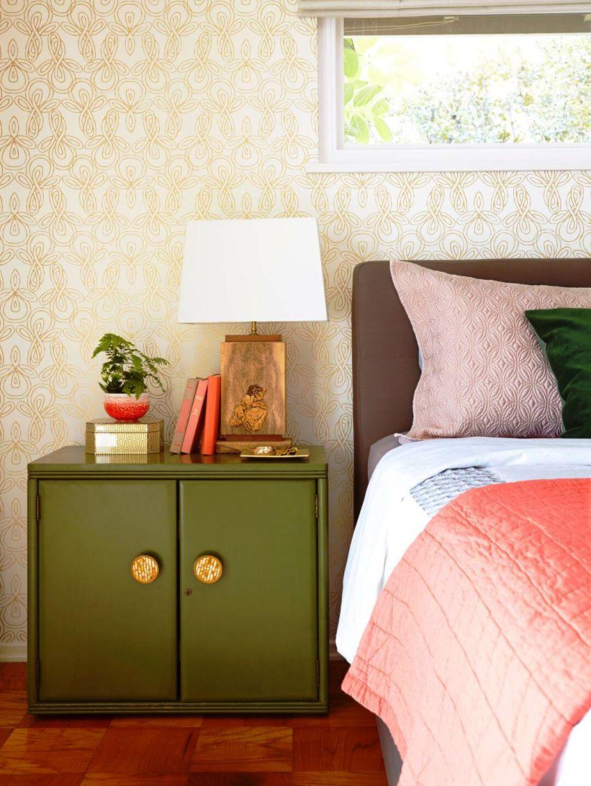 Сегодня уже мало кто может представить свою спальню без такого нужного и функционального предмета мебели, как прикроватная тумбочка