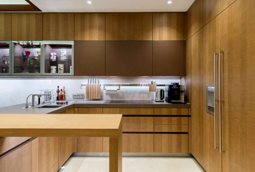 При обустройстве современной угловой кухни предпочтение отдают вариантам с прямым углом