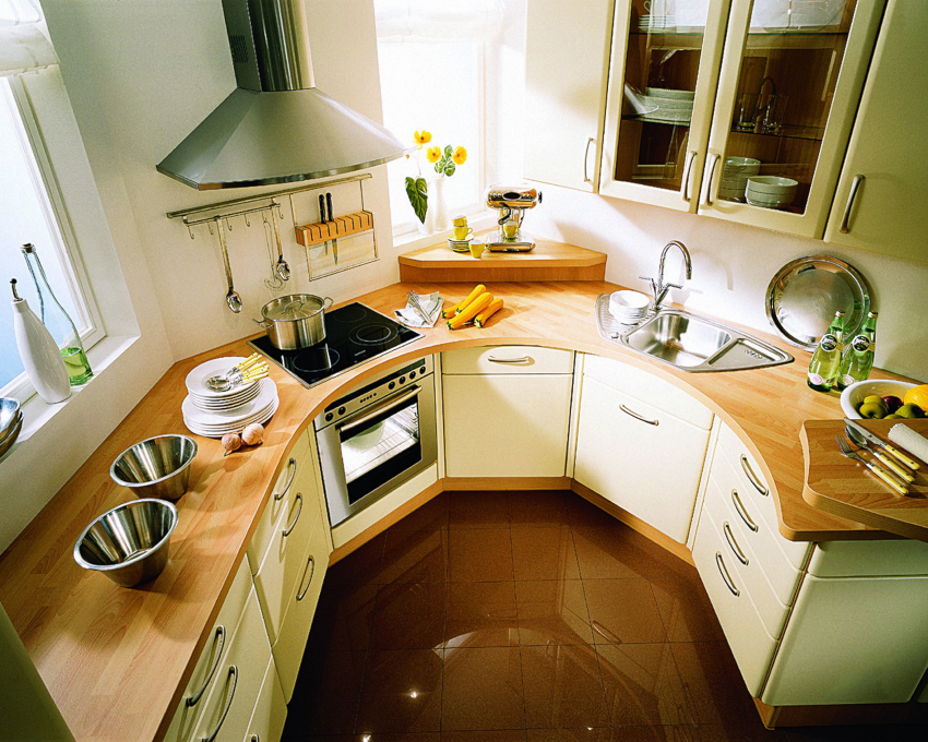 Главное в организации интерьера угловой малогабаритной кухни - это обустройство рабочего треугольника
