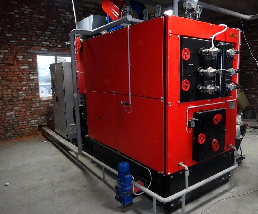 Современные твердотопливные котлы оборудуются нагнетателем воздуха, датчиком температуры и автоматическим розжигом