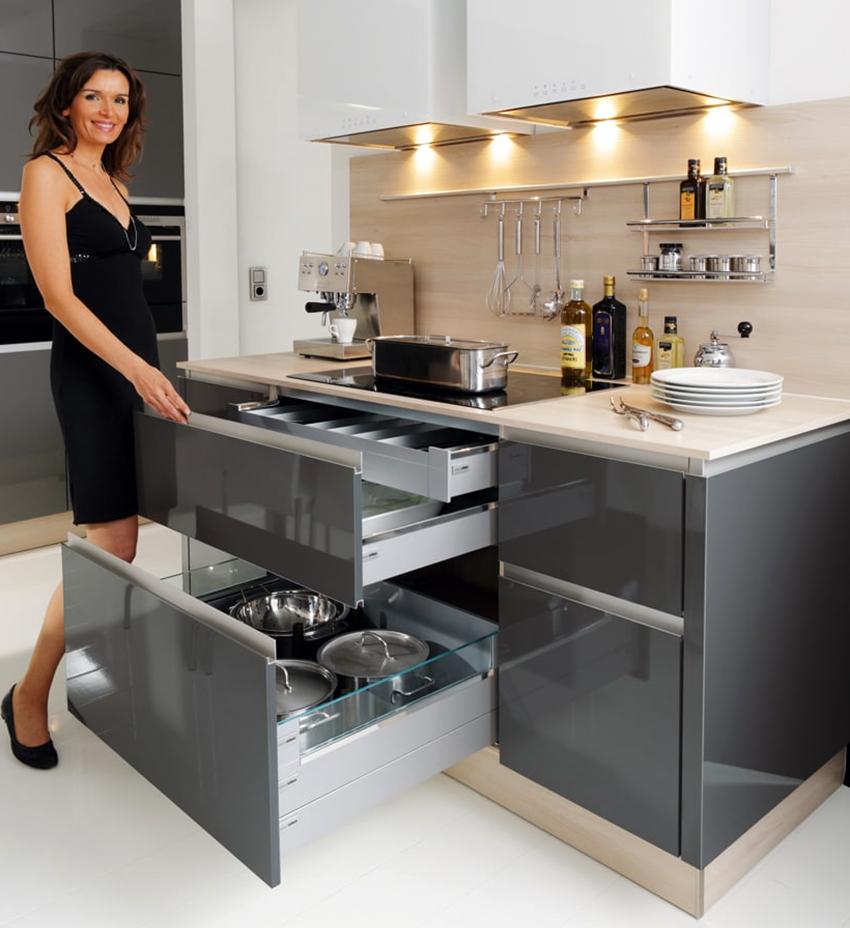 Интересным решением для кухни станет выдвижная система по типу матрешки