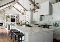 Самым универсальным вариантом для белой кухни станет стальная фурнитура