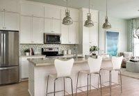 Белоснежный гарнитур и столешница чуть более темного оттенка – удачное решение для интерьера кухни