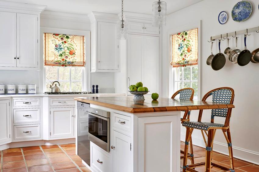 Белые фасады и деревянная столешница – удачное решение для интерьера кухни