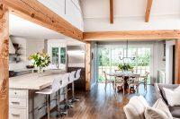 Тандем белого цвета и древесины создадут эффектный и лаконичный интерьер