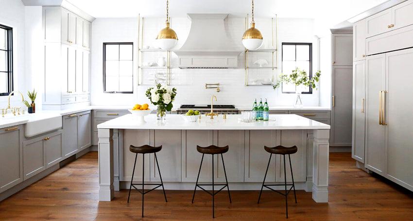 Белый фартук может быть выполнен из плитки, стекла или пластиковых панелей