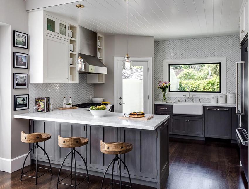 Оформив кухню в бело-серых тонах можно получить сдержанный, но при этом элегантный интерьер