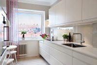 Белые гарнитур, фартук и столешница наиболее выигрышно смотрятся в современных кухнях