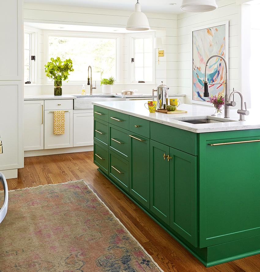 Белая кухня с добавлением изумрудного оттенка будет выглядеть невероятно элегантно