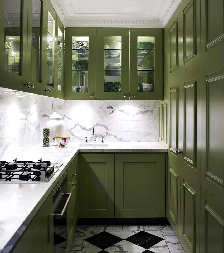 Кухни с оливковыми фасадами лучше всего смотрятся на фоне светлых стен и пола