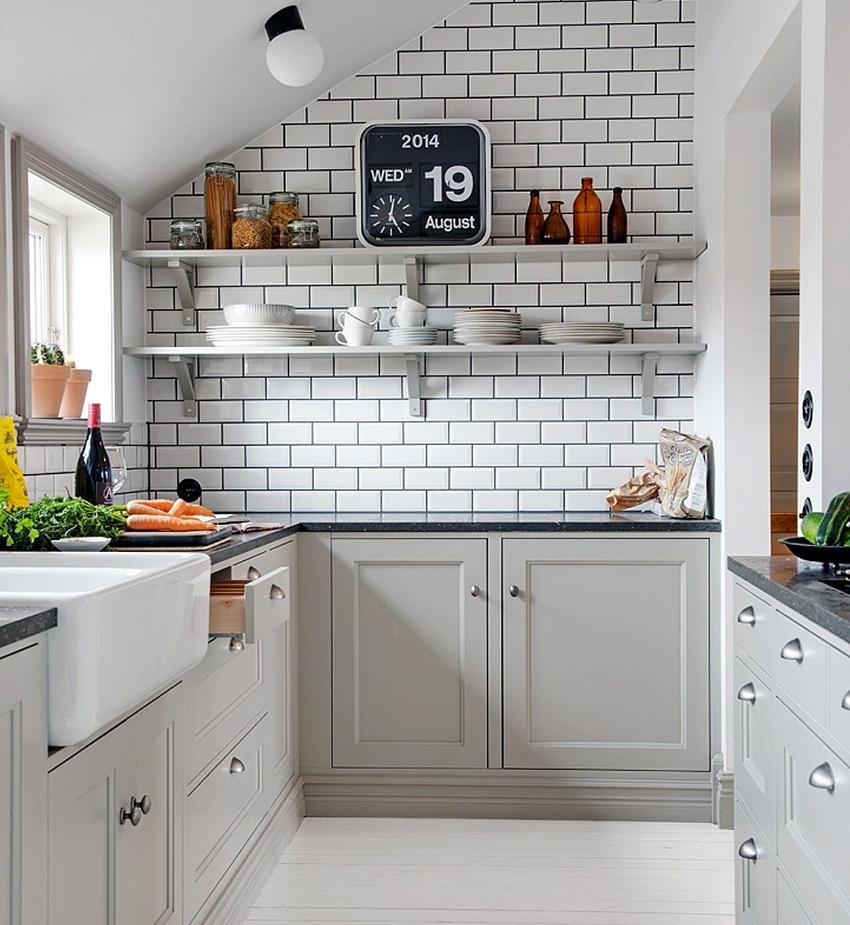На белых кухонных гарнитурах хорошо смотрится хромированная фурнитура