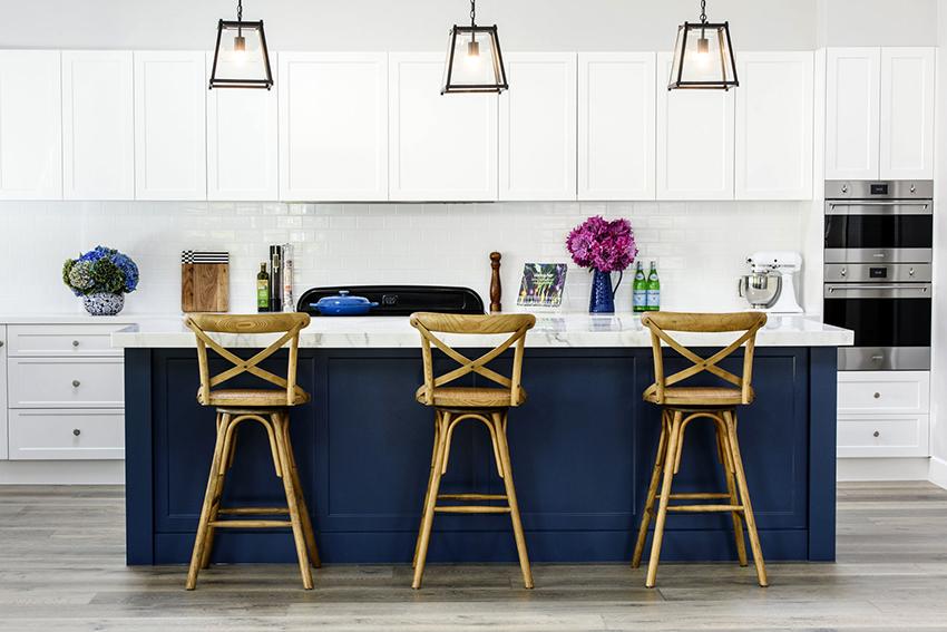 Бело-синие кухни отлично смотрятся как в матовом, так и в глянцевом варианте