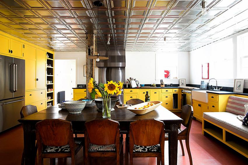 Темная столешница на светлой или яркой кухне смотрится стильно и нестандартно