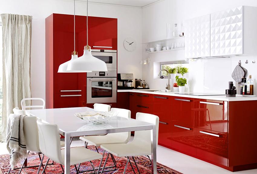 Красно-белые кухни поднимают настроение, жизненный тонус и аппетит
