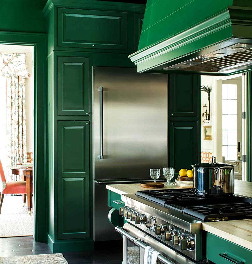 Зеленые кухни смотрятся сочно и ярко, добавляют жизнерадостности и поднимают настроение их владельцам