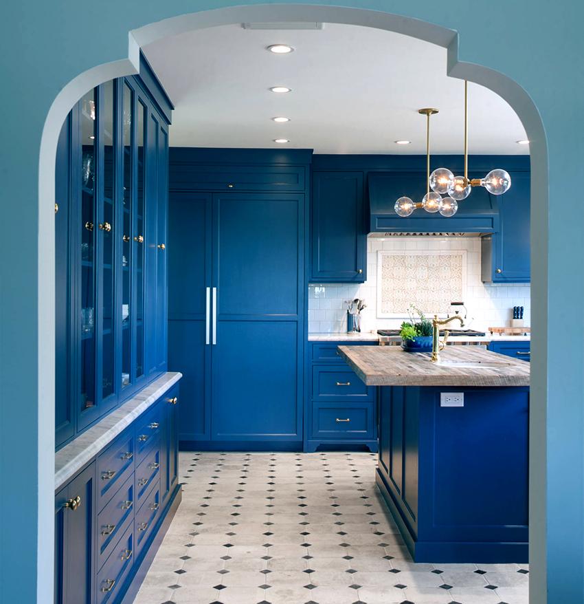 Кухня, в которой цвет гарнитура контрастирует с полом и потолков смотрится довольно эффектно