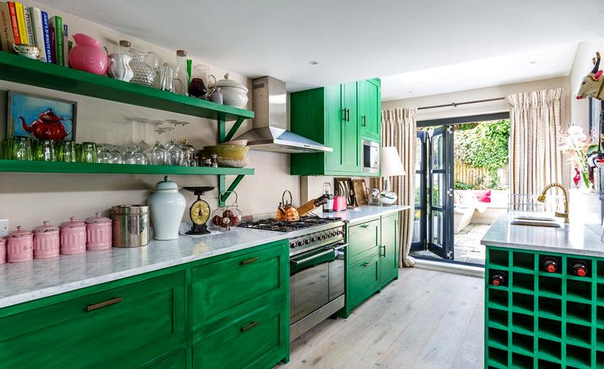 В кухне с белой отделкой любой оттенок зеленого смотрится ярко и эффектно