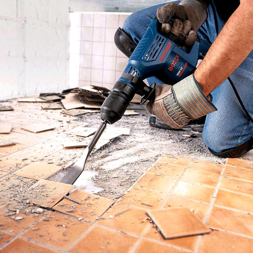 Для демонтажа старой плитки с пола следует воспользоваться перфоратором с насадкой в виде лопатки-зубила