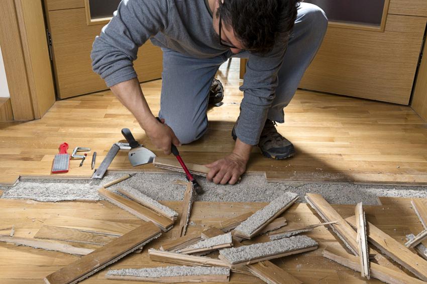 При укладке ламината или паркета нужно иметь ровное основание, старое покрытие это не обеспечивает, поэтому выполняется его демонтаж