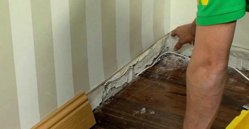 Чтобы не повредить плинтус, его демонтаж проводится с места расположения последнего гвоздя