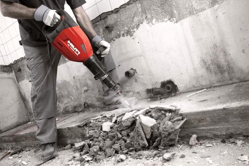 Выполняя работы, следует соблюдать осторожность, чтобы вместо стяжки не повредить перекрытие
