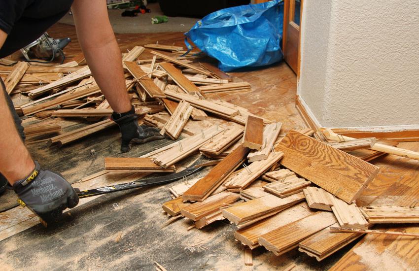 Перед тем как убрать старое покрытие, необходимо полностью освободить помещение и очистить пол от мусора